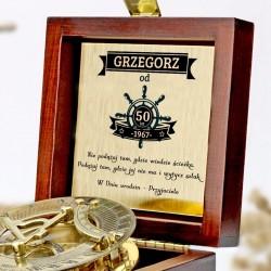 grawerowany kompas w drewnianej szkatułce