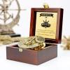 kompas słoneczny w szkatułce z grawerem na prezent z okazji 60 urodzin